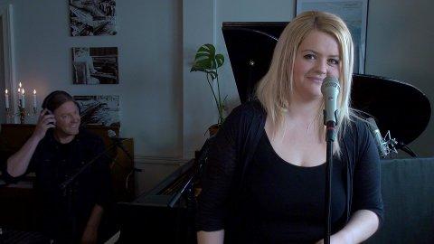 NETTKONSERT: Jorunn Undheim og sambuar Bjørge Verbaan held onsdag kveld direktekonsert heime frå stova si. Bildet er frå smakebiten som er lagt ut på Facebooksida til Karantenekonsertene, som skal produsera konserten.