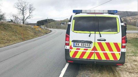 TRAFIKKUHELL: Politiet rykket ut til Eikeland i Time etter at en motorsykkel kjørte av fv. 506.
