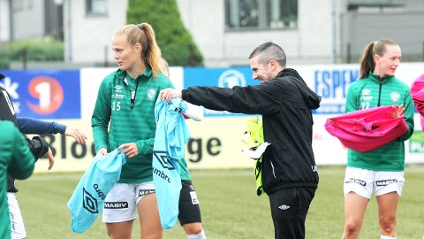 SPILLER FOR KLEPP UT 2020: Marthine Østenstad (f.v.), trener Nick Loftus og lagvenninne Elisabeth Terland har ti kamper igjen av sesongen, før deres veier skilles.