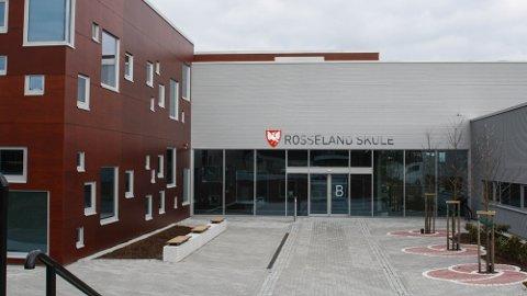 Rosseland skule har laurdag satt ein klasse i karantene etter at ein elev blei smitta med korona.