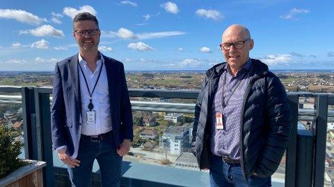 I VINDEN: Salgsdirektør i Mazeppa Consulting, Erik Haaland (f.v.) og Inge Brigt Aarbakke er i vinden på toppen av Forum Jæren. Nylig signerte Aarbakke kontrakt om leveranse av nytt forretningssystem.