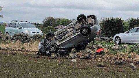OPP NED: Bilen har fått et ublidt møte med steingarden.