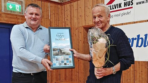 Knut Olai Slettebø (t.v.), leder i Hå idrettsråd, deler ut ildsjelprisen til Ove Håland.