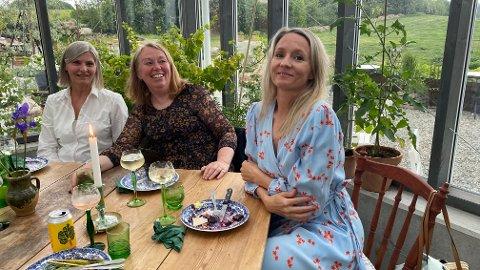 FORNØYDE LÆRERE: Lærerne Jane Christiansen (f.v.), Guri Mæland og Susanne Åsebø-Trodal koste seg i godt selskap med kolleger.