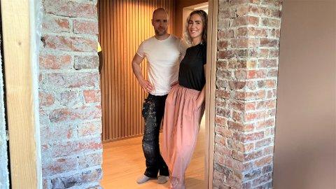 GAMMEL MURSTEIN: Den gamle mursteinen er et svært dekorativt element som møter deg ved inngangen. Turid og Tom Oluf Vigre brukte et helt år på å renovere Kvernhusbakken 9 i Bryne sentrum.