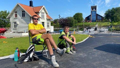 PAUSE: Anleggsgartner Morten Helliesen og håndmann Ole Kristian Frøyland nyter en velfortjent lunsj i sola.