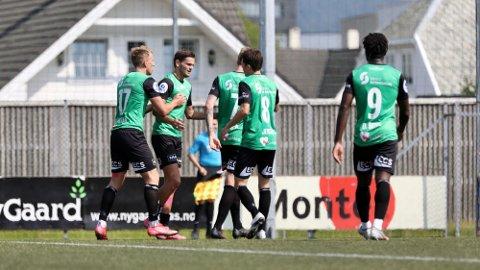 SCORING: Robert Undheim mottar gratulasjoner fra Joacim Holtan, Vegard Aasen og Sixten Dalen Jensen under cupkampen mot Hinna lørdag.