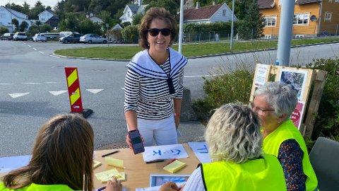 SIREVÅG-FEST: Hå-rådmann Anne Berit Berge Ims viser uoppfordret fram sitt grønne koronapass til kontrollørene som passet på at alt foregikk etter regelverket.