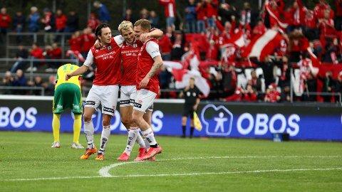 FORTSETTER Å SCORE: Joacim Holtan satte inn 1-0 etter 35 minutter spilt. Her omfavnet av Sixten Jensen (t.v) og Meinhard Olsen (t.h).