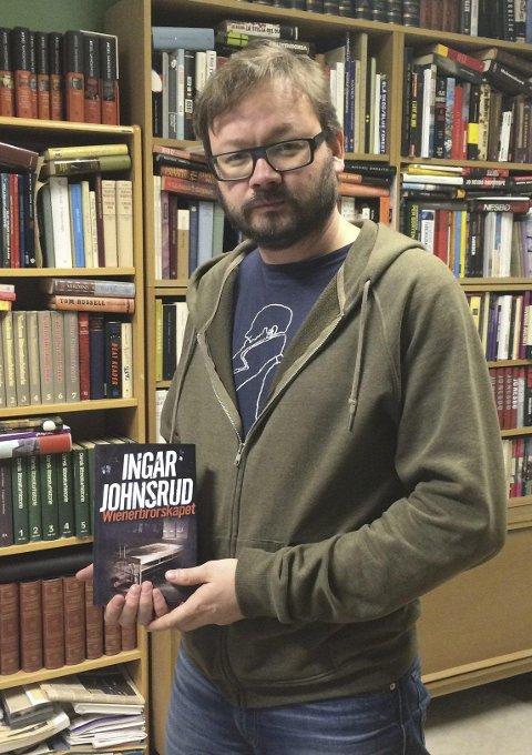 Med boken hos Aschehoug. Foto: Privat