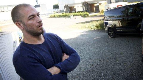 Nabotrøbbel: Raymond Larsen i Backers gate fikk lavterskelbolig (innfelt) tett på egen tomt. Det fungerte dårlig, forteller han. Begge foto: Jarl Rehn-Erichsen