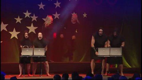 """I AKSJON: Hofnarren på scenen, med sketsjen """"The Bødlers""""."""