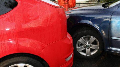 STIKKER: Det kan være fort gjort å komme borti og skade en annen bil, for eksempel på parkeringsplassen. Dessverre viser det seg at svært mange da bare stikker av, uten å ta ansvaret for det de har gjort.