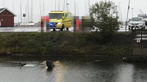 I VANNET: En bil har havnet i vannet i jollehavna.