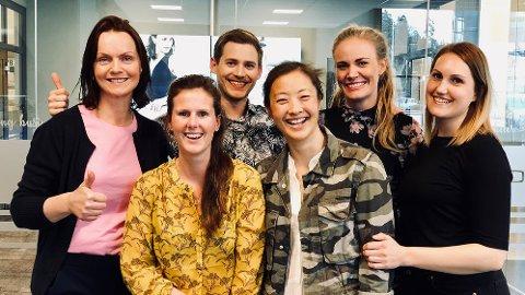 GLEDE:  Daglig leder Guro Forseth Smith (fra venstre) og hennes teamledere i nettbutikken Ida Andersen, Preben Nesheim, Lene Jensen, Hilde Skjelbred og Tonje Hansen ble glade og overveldet da nyheten om prisen kom fredag.