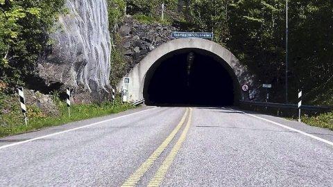 – HØYST PROBLEMATISK: Det store flertallet i kommunestyret i Holmestrand reagerer kraftig på at fylkeskommunen har dratt opp tunnelalternativet igjen, og spør om dette er for å forsinke prosjektet ytterligere. ARKIVFOTO: JARLSBERG