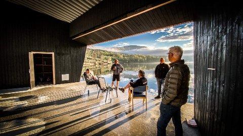 SE, FOR EN SCENEUTSIKT: Noen av utescene-entusiastene i Eidsfoss beundrer utsikten fra scenen mot Eikeren. Som bakvegg kommer det snart på plass foldedør i glass.