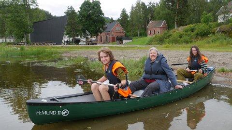 FØRSTE GANG: Lyn Sjue (84) var ikke nervøs under sin første kanotur noengang. Her sammen med kanovertene Marius Aas Høy og Lovis Vlieger, begge fra Eidsfoss.