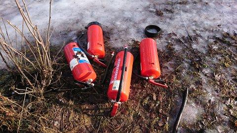 KASTET I NATUREN: Disse brannslukningsapparatene ble funnet av turgåere forrige uke.