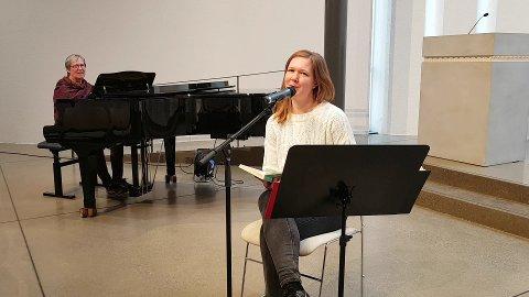 UNDERHOLDER: Kantor Jorunn Aasen Devold og diakon Anna Spilling Isaksen stiller opp med egen  innspilling av sangstund til sykehjemmene.