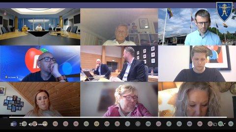 HYLLEST: Ordfører Eyvind Jørgensen Schumacher (Ap) snudde seg mot rådmann Rune Hallingstad mot slutten av tirsdagens kommunestyremøte. Da vanket det ros til den avtroppende rådmannen.