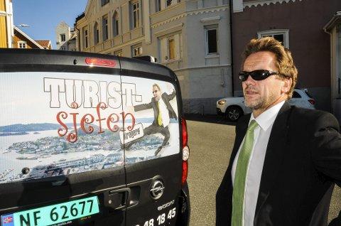 «TURISTSJEFEN»: Thomas Bakkerud fotografert med den velkjente bilen sin tilbake i 2014. Arkivfoto: Jimmy Åsen