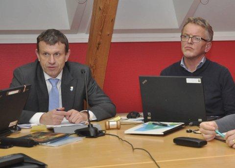 Prinsipp:  Det kan ikke gjøres forskjell på store og små utbyggere, understreket ordfører Kåre Preben Hegland (til venstre) og fungerende rådmann Bjørn Hagen. Begge Foto: Jon Fivelstad