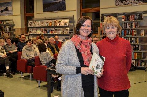 KRAGERØHISTORIE: Lena Roers jakt på sin familieslekts hemmeligheter er blitt viktig kragerøhistorie. Her er hun sammen med historielagets Else Bjørg Finstad (til høyre) i Kragerø bibliotek. Foto: Roar Thorsen