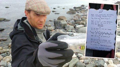 FRIERI: Roger Ehnebom står med flaskeposten han fant på Jomfruland under et oppdryningsarbeid, onsdag ettermiddag.