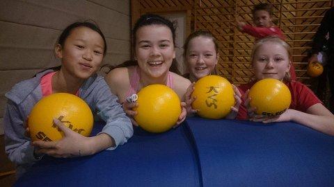En fornøyd jentegjeng på aktivitetsdag.