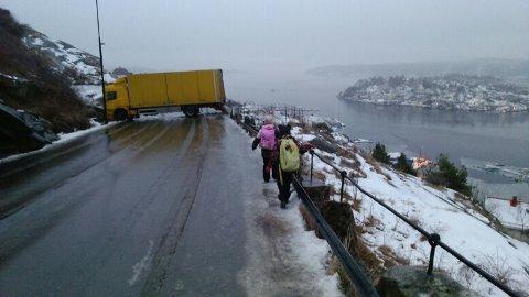 En trailer sperrer veien på Utsikten.