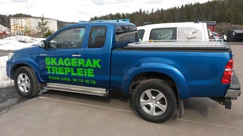 Har du sett denne bilen? Da Peder Aarø ved Skagerak trepleie skulle på jobb tirsdag morgen oppdaget han at firmabilen var borte fra parkeringen utenfor huset i Vadfossveien.