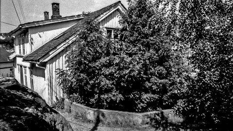 Sildesalteriet på Vestre Øya: Dette bildet ble tatt like før huset ble revet. Det skjedde på 1990-tallet. Deretter ble det satt opp et nytt og moderne bygg på tomta. Hans Fredrik Møller eide huset og bodde har selv i mange år. Har blitt fortalt at tidligere var deler av bygget brukt til sildesalteri. I noen år hadde også baker Sæther utsalg i huset. På 1950-tallet var jeg selv og kjøpte bakervarer i butikken. Selve bakeriet lå i kjelleren i huset like ved. Dette huset eies i dag av Anders Juel. Jimmy Åsen