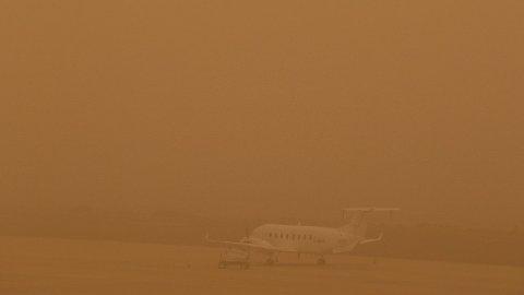 SANDSTORM: Sandstorm på Gran Canaria skaper problemer for flytrafikken. Foto: Borja Suarez/Reuters (NTB scanpix)