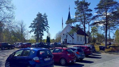 DRIVE-IN: Rundt 25 biler møtte opp utenfor Støle kirke søndag formiddag.