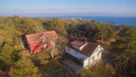 Det er både hytte, uthus og anneks på den store eiendommen.