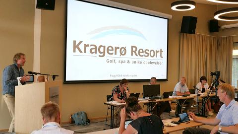 PÅ TALERSTOLEN: Per-Erik Schulze taler foran kommunestyret, som ble holdt i en konferansesal på Kragerø Resort torsdag ettermiddag.