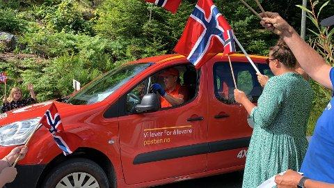 Lars Martin Bråtane ble hedret av beboerne på Skåtøy etter 40 år i tro tjeneste.