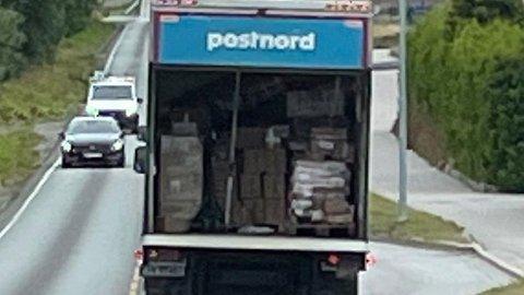 ÅPEN DØR: Lastelemmen på PostNords lastebil var åpen Terje Stensønes lå bak bilen i Molde tidligere denne uken. Foto: Terje Stensønes/privat