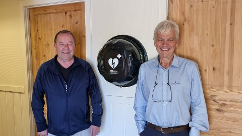 Kjell Vidar Andreassen og Jon Guste Pedersen har fått hjertestarteren på plass på Kolbånn.
