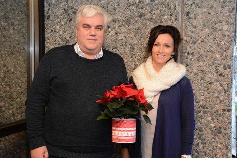Georg Eide og Kristin Isdal Eide er to av mange som har kjempa for Øyatun ungdomsskule. – Denne blomen er til alle som har engasjert seg! seier dei.
