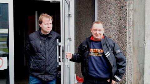 Even Teigen (t.h.) og Byggern Teigen håpar bedrifter vil støtta kronerullinga. Arve Rødland ved ungdomssenteret er svært takksam for initiativet. (Foto: Jone Mikkelsen).