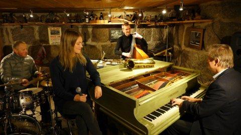 Nye og spennande utfordringar ventar Jazzverket. Frå venstre: Torkjell Nerhus. Amanda Gopi Storegjerde, Stein Haugen og Ivar Baste. Oppå flygelet ligg ein ledig saksofon – enn så lenge. (Pressefoto).