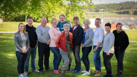 Ti bønder er no blitt til fire bønder frå heile landet  i NRK-serien Superbonden. Agurkbonde Ragnvald Vaage frå Sunde (i svart jakke i midten) er komen til semifinalen. Vinnaren kan smykka seg med tittelen «Superbonden». Fremst i midten ser du programleiar Heidi Marie Vestrheim. (Foto: Ole Andreas Bø/NRK)