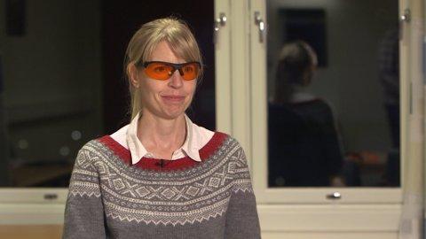Torsdag kveld blir seksjonsoverlege Tone Henriksen frå Valen sjukehus å sjå på Schrödingers Katt på NRK 1, der ho skal snakka om oransje briller som behandling mot bipolar mani. (Foto: Helse Fonna).