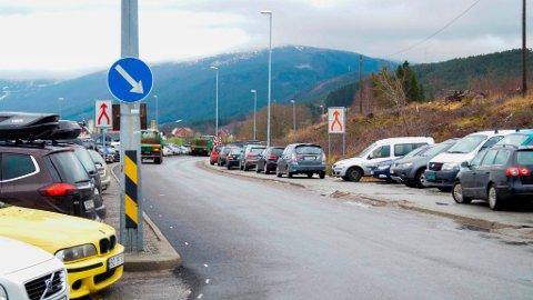 Bilistane er tvinga til å bruka fantasien når det gjeld å finna plass til å setja frå seg bilen på. Når plassen bak skiltbommen vert teken i bruk (til venstre i bildet), får bussane store problem med å koma fram. (Foto: Jone Mikkelsen).