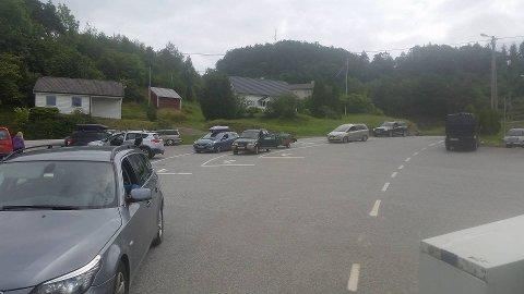 Det var mange frustrerte bilastar som ikkje kom med ferja på Varaldsøy i dag. (Foto: Erik Ask)