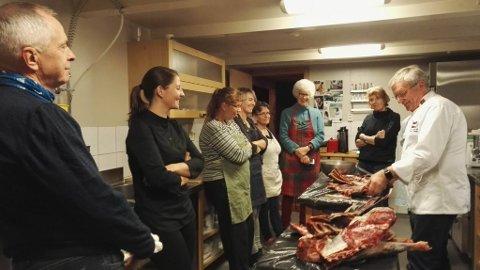 Mathelga til Omvikdalen bygdekvinnelag starta med pølsekurs leia av matattaché Gunnar Nagell Dahl. (foto: Marian Thunold/Omvikdalen bygdekvinnelag)