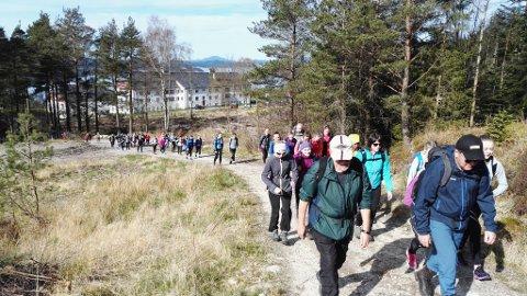 Turen for åttandeklassingane starta ved Velferdsbygget til Valen sjukehus i dag tidleg. (Foto: Ragna Bogsnes Hegge).