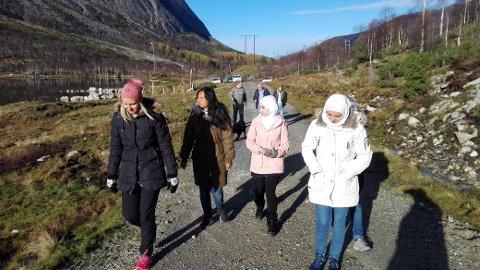 Etter skuledagen i det gamle skulehuset Haugland skulemuseum, fekk elevar og lærarar ein flott tur til Fjellandsbøvatnet. Framme f.v. lærar Birte Bruvik og elevane Benjawan, Toka, Nora og Etab (bak Nora). (Foto: Thor Inge Døssland).